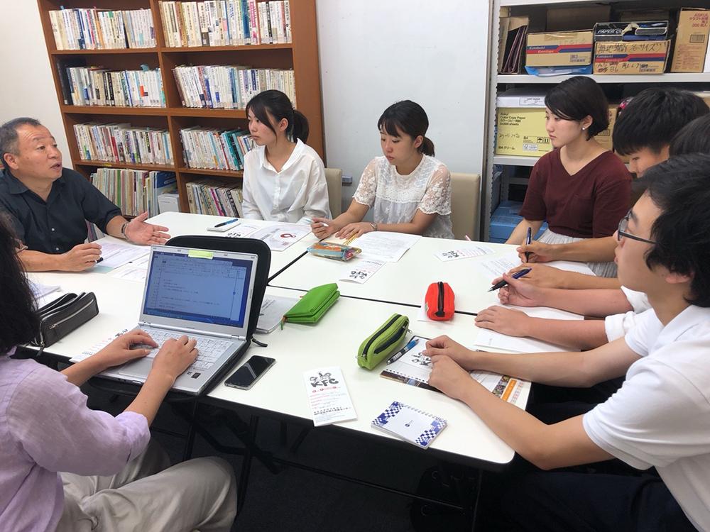 定住外国人について取材をする神戸市チームの学生・生徒たち
