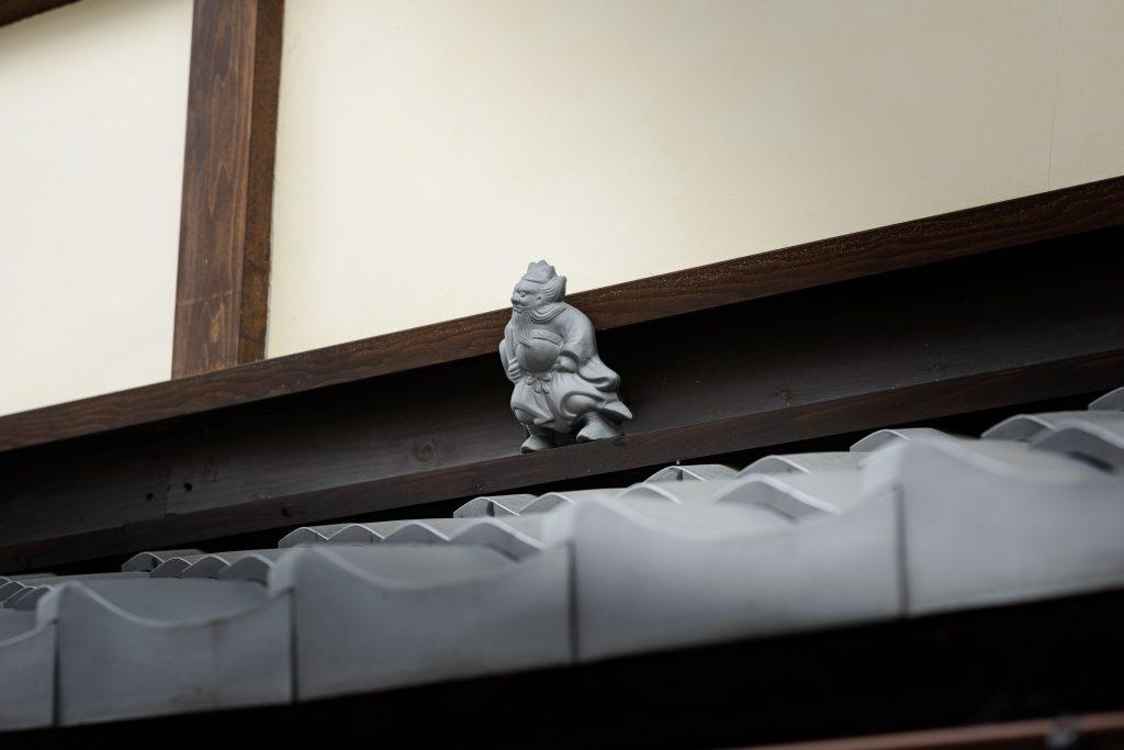 「楽遊」の玄関上に置かれた「鐘馗さん」