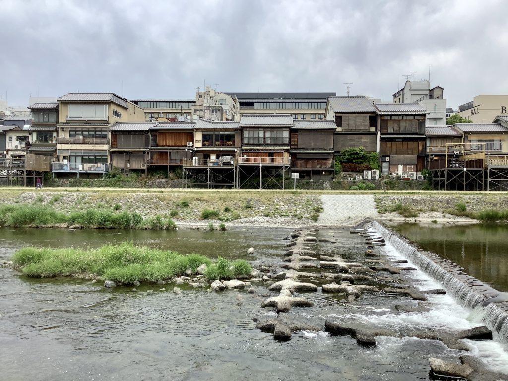 閑散とした鴨川の風景
