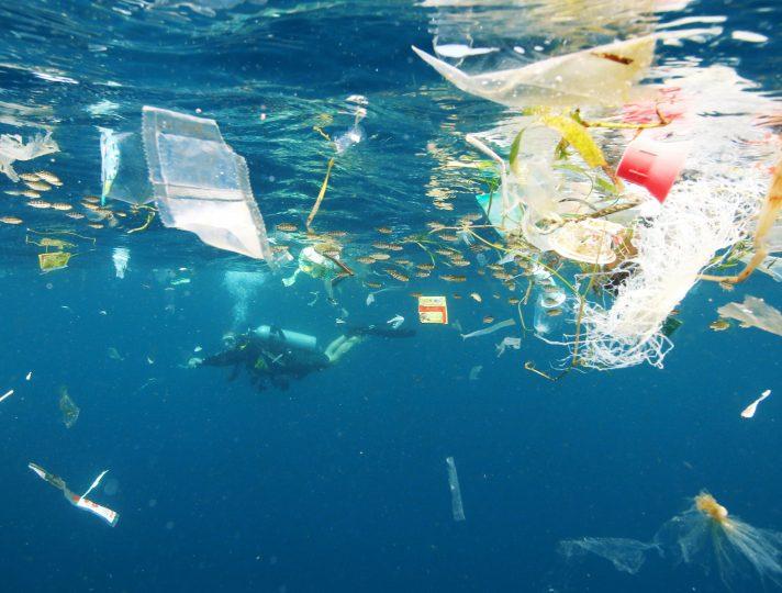 インドネシア・バリ沖の海面下を漂うプラスチックごみ=朝日新聞社